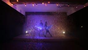 Gehen-gehen das Tanzmädchen, das Show von geführter heller Leistung, Nachtclubpartei beginnt stock footage