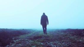 Gehen in den Nebel in der Zeitlupe stock video footage
