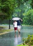 Gehen in den Regen Stockfotografie