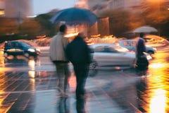 Gehen in den Regen stockfoto