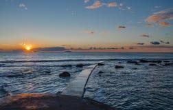 Gehen in den Sonnenuntergang Stockfoto