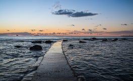 Gehen in den Sonnenuntergang Lizenzfreie Stockfotos