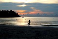 Gehen in den Sonnenuntergang stockbild