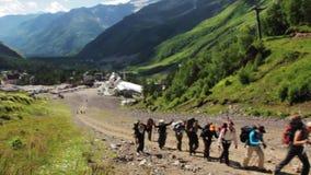 Gehen der Berge der Elbrus-Region stock footage