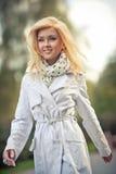 Gehen der jungen Frau stockfoto