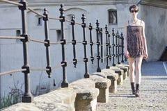 Gehen der jungen Frau Lizenzfreies Stockfoto