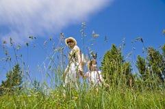 Gehen des kleinen Mädchens und des Mutter Lizenzfreie Stockfotos