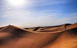 Gehen in die Wüste stockfoto