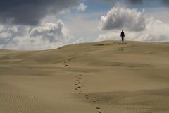 Gehen in die Wüste Stockbild