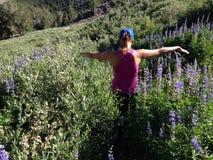 Gehen durch Blumen Stockbilder