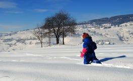 Gehen durch den Schnee stockbild