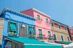 Gehen durch die Straßen von Burano Bunte Häuser Lizenzfreies Stockfoto