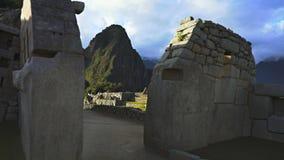 Gehen durch machu picchu Ruinen-Haupttempel in Peru stock video
