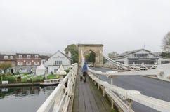 Gehen entlang das fottpath auf der Brücke in Marlow stockfotos