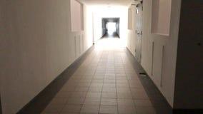 Gehen entlang das Treppenhaus stock video