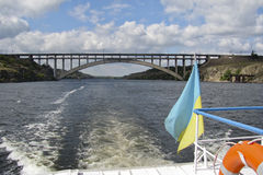 Gehen entlang den Dnieper-Fluss auf einem Boot Lizenzfreies Stockfoto