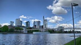 Gehen entlang Stadt-Fluss stock video