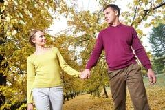 Gehen in Herbst lizenzfreies stockfoto