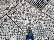 Gehen hinunter den Straßenbürgersteig pov Stockfotos