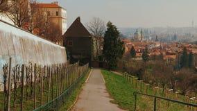 Gehen hinunter einen Obstgarten in alter Stadt Prags mit einem Panoramablick stock video footage