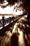 Gehen hinunter Schattenweg Stockfoto