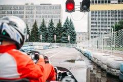 Gehen kart Fahrer auf Anfangslinie, hintere Ansicht lizenzfreie stockfotos