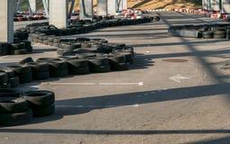 Gehen-kart Rennbahnstromkreis Kleine karting Rennbahn, Schlange laufen gelassen gebildet aus Autoreifen, Motorsport für Jugend he lizenzfreies stockbild