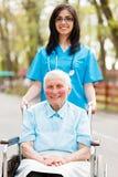 Gehen mit älterer Dame Lizenzfreie Stockbilder