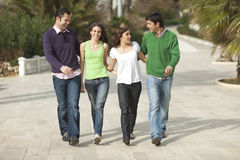 Gehen mit vier glückliches Leuten lizenzfreie stockfotografie