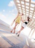 Gehen mit zwei entzückendes Frauen Lizenzfreie Stockfotos