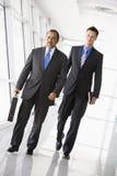 Gehen mit zwei Geschäftsmännern Stockbilder