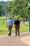 Gehen mit zwei Männern Lizenzfreies Stockbild