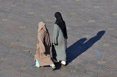 Gehen mit zwei moslemisches Frauen Lizenzfreie Stockfotografie