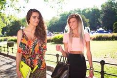Gehen mit zwei schönes Mädchen Lizenzfreies Stockbild
