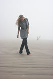 Gehen in Nebel Stockbilder