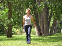 Gehen in Park Lizenzfreie Stockfotos