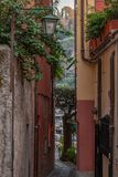Gehen in Portofino-Gassen stockbild