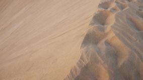 Gehen am Rand einer Sanddüne in der desertic Landschaft stock footage