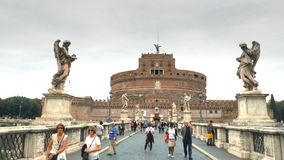 Gehen in Richtung zu castel santangelo in Rom stock footage