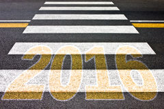 Gehen in Richtung zu 2016 - Fußgängerübergang mit 2016 geschrieben auf ihn Lizenzfreie Stockfotos