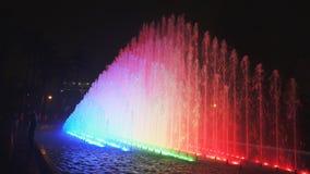 Gehen in Richtung zum Regenbogenbrunnen am Park der Reserve in Lima stock video