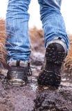 Gehen, Schuhe auf einem schlammigen Gelände wandernd stockfoto