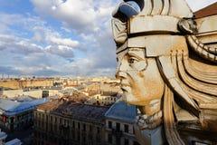 Gehen Sie über den Dächern von Gebäuden von St Petersburg voran Stockbild
