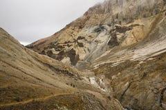 Gehen Sie auf den Krater eines aktiven Vulkans lizenzfreies stockbild
