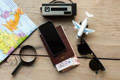 Gehen Sie auf ein Abenteuer! Die Karte und der Pass auf einem Holztisch lizenzfreie stockfotografie