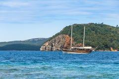 Gehen Sie auf eine schöne Yacht im Meer und sehen Sie auf budva Riviera von Insel Sveti Nikola in der Sommerzeit an montenegro Stockfoto