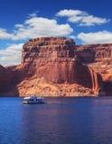 Gehen Sie auf weißes Boot an einem sonnigen Tag Lizenzfreie Stockfotos