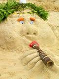 Gehen Sie aus dem Sand auf dem gemachten Strand heraus voran Stockbild