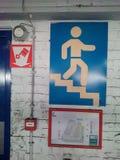 Gehen Sie das Treppenzeichen hinunter Stockbild