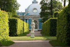 Gehen Sie in den Park mit einer Statue und einem Palast Lizenzfreie Stockfotos